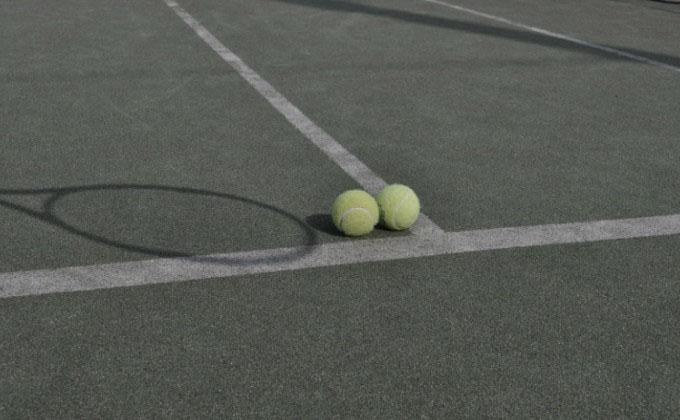 テニスコートとボール