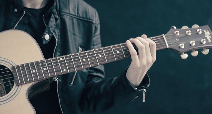 ギターを弾く人