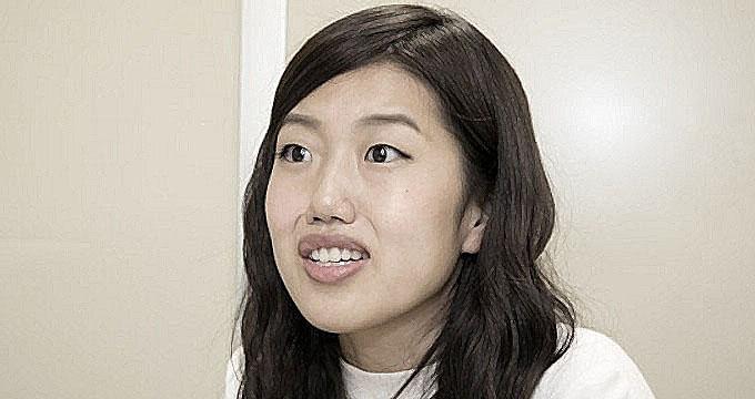 何とも言えない表情を浮かべる白いトップスの芸人、横澤夏子